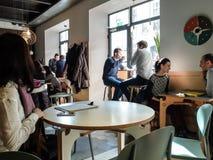 Folk i en restaurang arkivbild