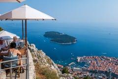 Folk i en restaurang ovanför Dubrovnik, Kroatien Royaltyfri Foto