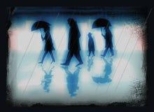 Folk i en stad på en regnig dag - illustration i underkuvade blåa färger stock illustrationer
