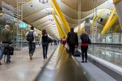 Folk i en travolator på den Barajas flygplatsen, Madrid. Arkivbilder