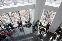 Folk i en världsobservatorium i New York City Fotografering för Bildbyråer