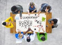 Folk i ett möte och ledarskapbegrepp Arkivfoto