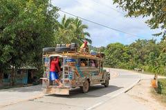 Folk i färgrik traditionell bussjeepney i Palawan Royaltyfri Foto