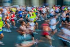 Folk i för paris för rörelseblur franc maraton arkivbild