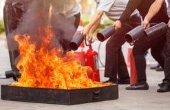 Folk i förebyggande den pro-eldsläckareutbildningen för brandkatastrof fotografering för bildbyråer