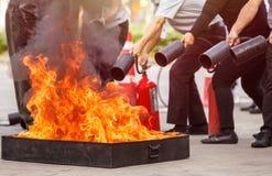 Folk i förebyggande den pro-eldsläckareutbildningen för brandkatastrof arkivfoton