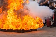 Folk i förebyggande den pro-eldsläckareutbildningen för brandkatastrof arkivbilder