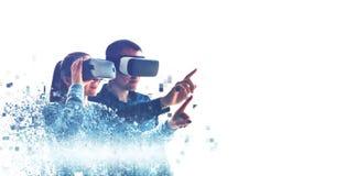Folk i faktiska exponeringsglas VR royaltyfri fotografi