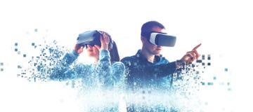 Folk i faktiska exponeringsglas VR royaltyfria bilder