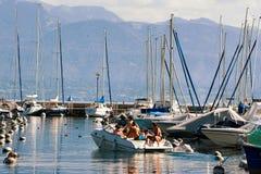Folk i fartyg på marina på sjöGenève i Lausanne Royaltyfria Bilder
