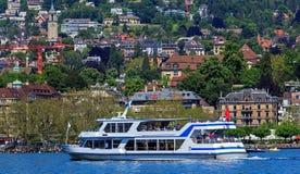 Folk i fartyg på sjön Zurich Royaltyfri Bild