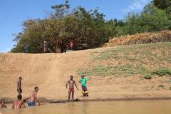 Folk i floden Arkivbilder