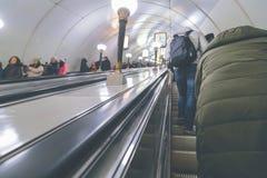 Folk i gångtunnelen Royaltyfri Bild