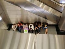 Folk i gångtunnelen Arkivbilder