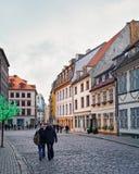 Folk i gammal stad av Riga på jul Arkivbilder