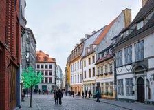 Folk i gammal stad av Riga på jul Royaltyfri Fotografi