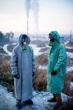 Folk i gasmaskar Arkivfoton