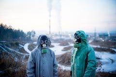 Folk i gasmaskar Arkivbild