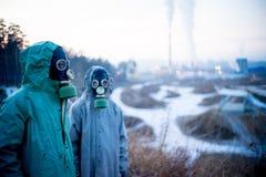 Folk i gasmaskar Fotografering för Bildbyråer