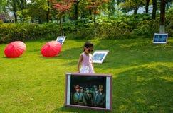 Folk i gatafotografiutställningen Royaltyfri Foto