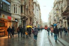 Folk i gatan på den europian delen av Istanbul, Istiqlal boulevard arkivbild