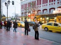 Folk i gatorna av Aten, Grekland Arkivfoto