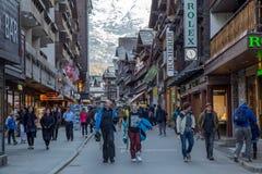 Folk i gatorna av Zermatt Royaltyfri Bild