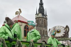 Folk i gröna karnevaldräkter på karnevalet i staden av Halle Saale, Tyskland, 11/11/2017 Arkivbild