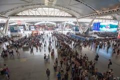 Folk i guangzhou den södra järnvägsstationen i nationell dag av porslinet Royaltyfria Bilder