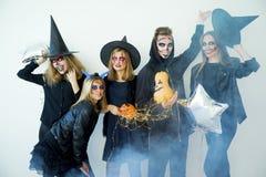 Folk i halloween dräkter Royaltyfri Bild
