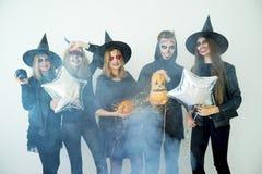 Folk i halloween dräkter Arkivbild