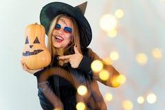 Folk i halloween dräkter Royaltyfria Foton