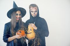 Folk i halloween dräkter Arkivbilder