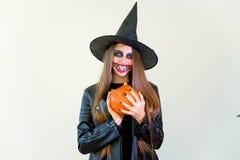 Folk i halloween dräkter Arkivfoton