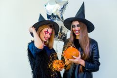 Folk i halloween dräkter Arkivfoto