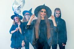 Folk i halloween dräkter Royaltyfri Fotografi