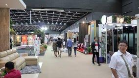 Folk i hem- och trädgårdutställning i BITEC Bangna, Bangna-Trad väg Bangkok Thailand lager videofilmer