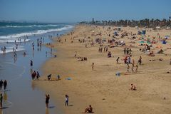 Folk i Huntington Beach Royaltyfri Bild