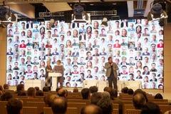 Folk i huvudsaklig konferenskorridor Arkivbild