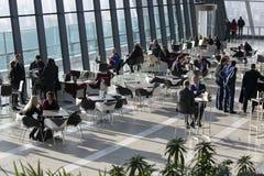 Folk i kafé den Walkie Talkiebyggnaden på gatan för 20 Fenchurch Arkivbilder
