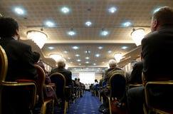 Folk i konferensmitt Arkivbild