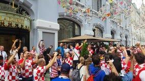 Folk i kroatiska nationella kläder för fotbolllag lager videofilmer