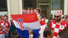 Folk i kroatiska nationella kläder för fotbolllag arkivfilmer