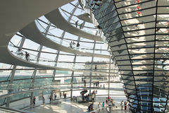 Folk i kupolen av Reichstagen Berlin Arkivfoton