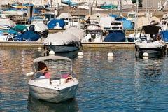 Folk i liten yacht i marina på sjöGenève Lausanne Arkivbild