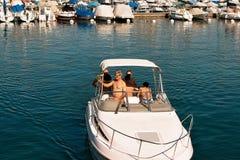Folk i liten yacht på marina på sjöGenève Lausanne Royaltyfri Foto