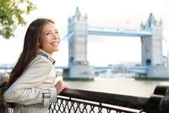 Folk i London - kvinna som är lycklig vid tornbron Fotografering för Bildbyråer