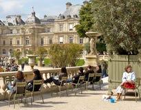Folk i Luxembourg trädgårdar, Paris royaltyfri fotografi