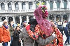 Folk i lyxig dräkt på Venedig, Italien Februari ` 13 Arkivfoto