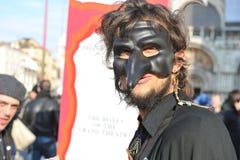 Folk i lyxig dräkt på Venedig, Italien Februari ` 13 Arkivfoton